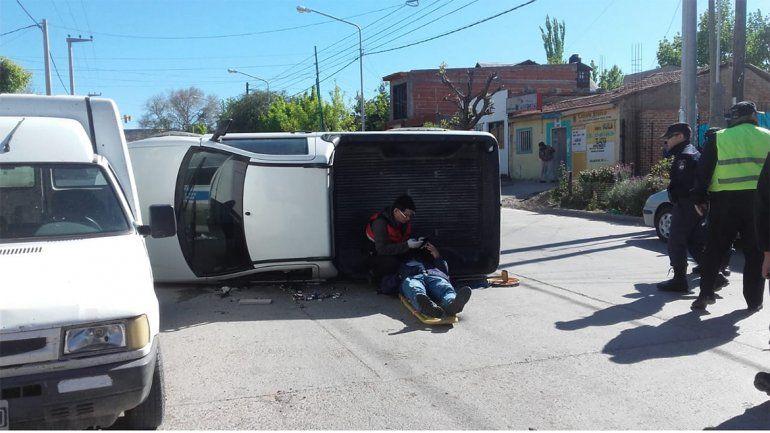 Intentó hacer un sobrepaso en el semáforo, chocó a un auto y volcó