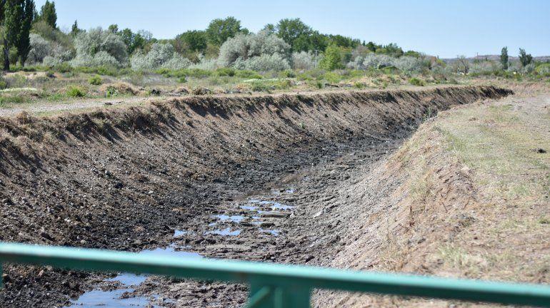 Limpian el Arroyo Durán en la zona de los clubes para prevenir desbordes