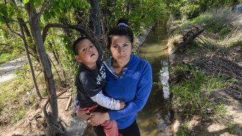 una familia aferrada a la esperanza: su bebe casi se ahoga en el canal y su estado es reservado