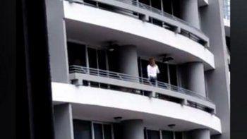 intentaba sacarse una selfie en un balcon, cayo al vacio desde el piso 27 y murio