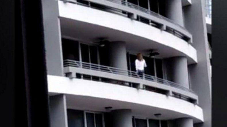 Intentaba sacarse una selfie en un balcón y cayó al vacío desde el piso 27