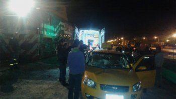 tren embistio a un taxi: dicen que el convoy venia sin luces