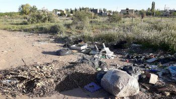 vecinos de barrios privados arrojan basura en calle figueroa