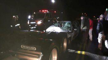 un auto choco contra un camion estacionado: hay dos heridos