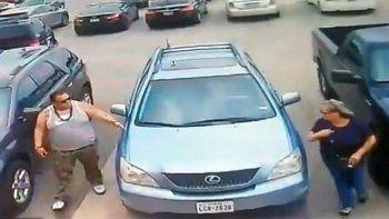 le dio una paliza a una mujer por ocupar su estacionamiento