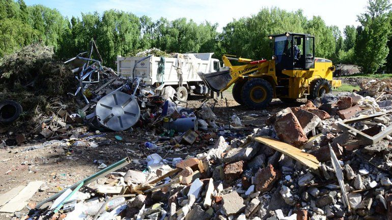 Sacan 150 toneladas de basura pesada de la costa del Limay