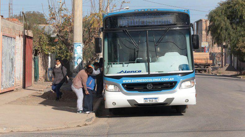 Ir de Centenario a Neuquén en cole cuesta más de $30