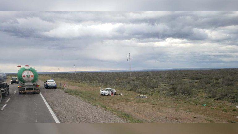 Perdió el control de su camioneta y volcó en Ruta 22: murió una mujer y hay dos heridos