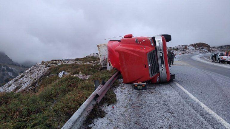 Impresionante vuelco de un camión antes de Pino Hachado