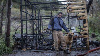 logro salvar a su perro del incendio que consumio su casa
