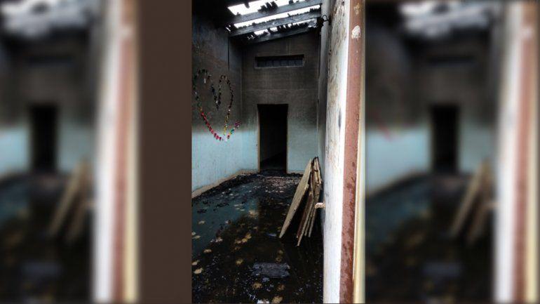 Fueron otra vez a robar cemento a una iglesia, no pudieron y la prendieron fuego