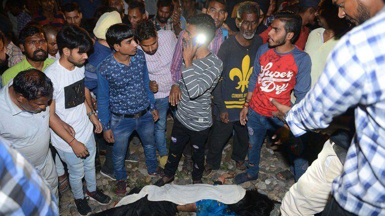 India: tren embistió a una multitud y mató a 50 personas