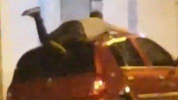 hombre se tiro arriba del auto para cuidarlo del granizo