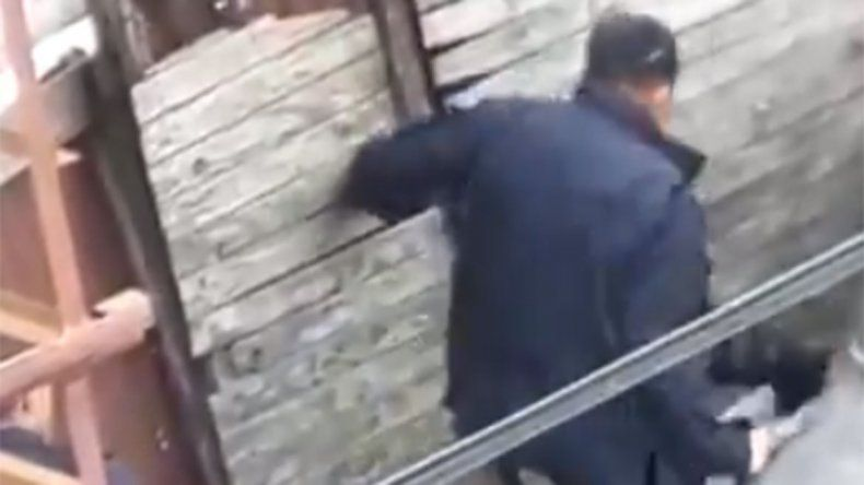 Escrachan a policías dándole una brutal golpiza a un joven