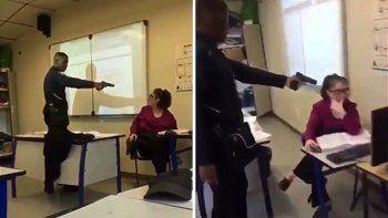 amenazo con un arma a la docente: queria el presente