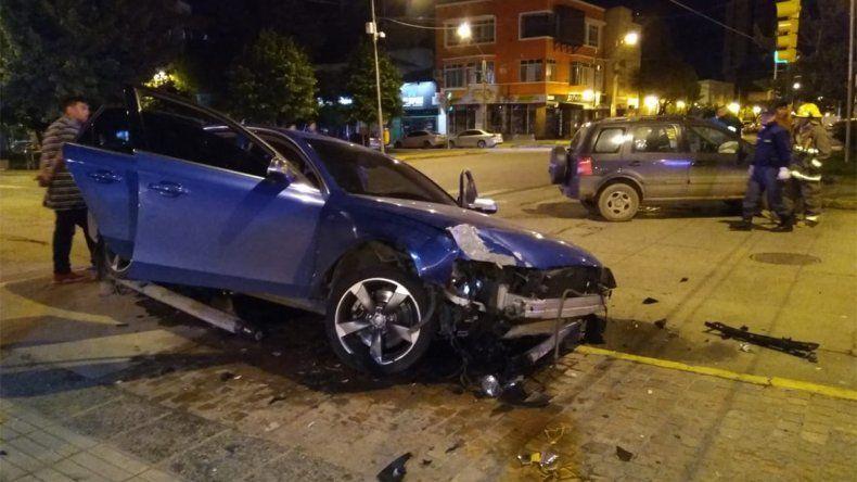 Escapó de la policía porque tenía marihuana y terminó destruyendo su auto de alta gama