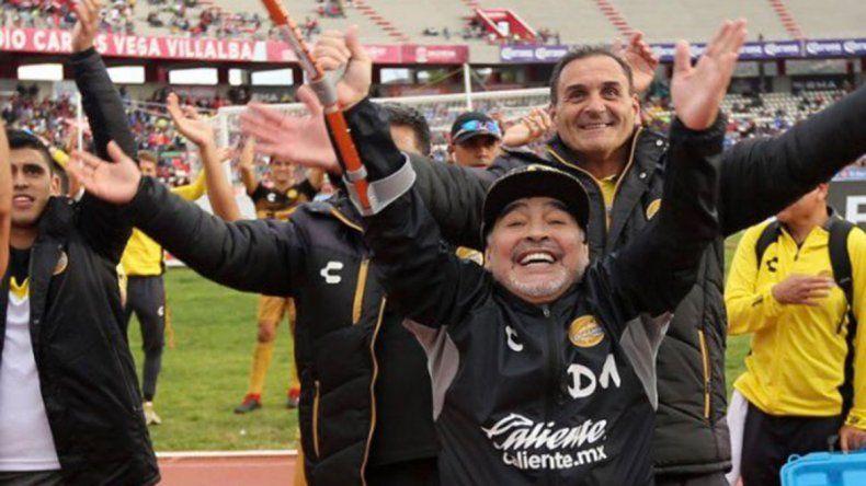 Con muletas y todo, Maradona no dejó de bailar en el festejo del Dorados