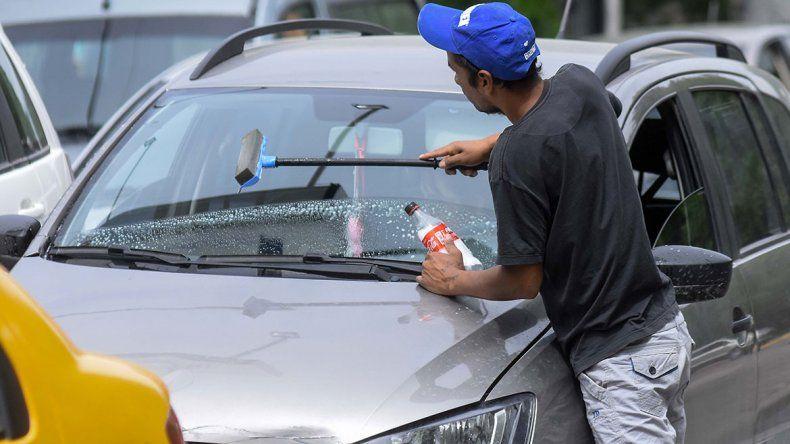 Trapitos y vendedores ya chocan con la Policía