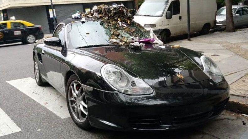 Estacionó su Porsche donde no debía y se lo llenaron de basura