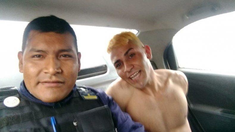 Insólito: sancionaron a un policía por sacarse una selfie con un detenido