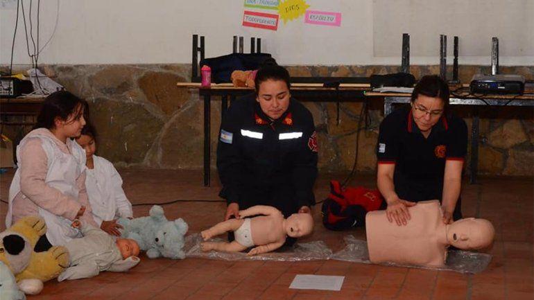 El innovador método con el que los Bomberos de Pehuenia le enseñan RCP a los niños