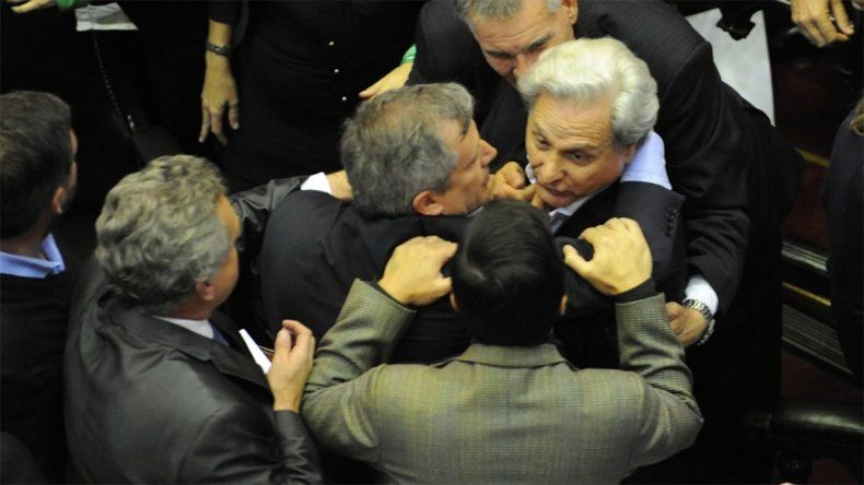 Papelón en el Congreso: dos diputados casi terminan a las piñas