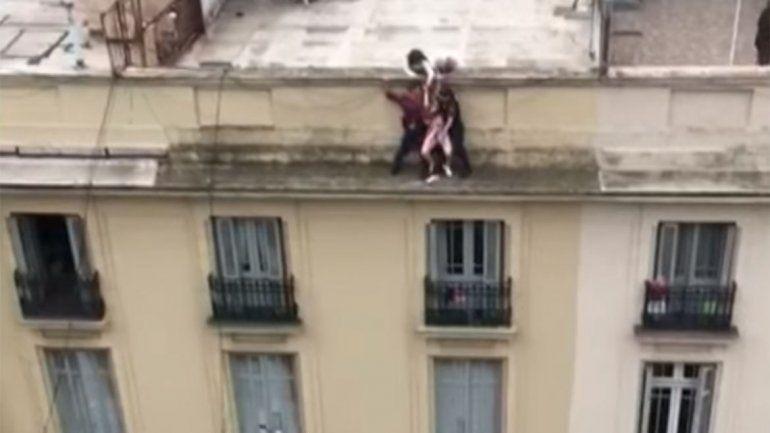 Policías héroes rescataron a una mujer que intentó suicidarse