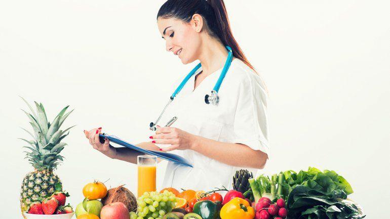 Cuanto mayor sea la restricción en el consumo de grupos de alimentos, mayor será el riesgo de sufrir la carencia de determinados nutrientes. Por eso es fundamental una conducta inteligente y supervisada por un profesional.