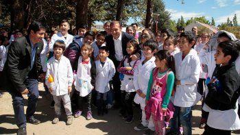 El gobernador con alumnos durante el acto por los 108 años de Andacollo.