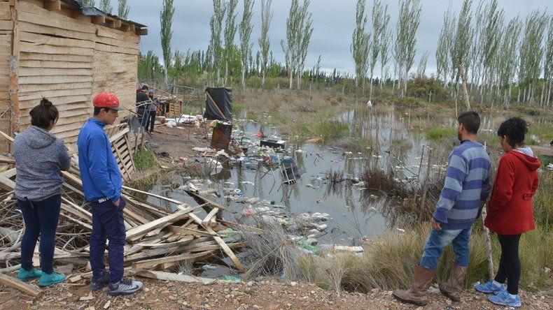 El sector Los Hornos está en estado de emergencia como consecuencia de la laguna contaminada que acecha a los vecinos del lugar.