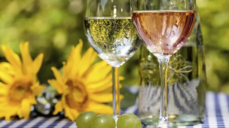 10 nuevos blancos y rosados para beber en primavera