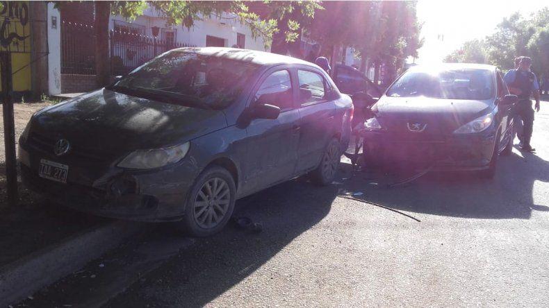 Por esquivar un auto, chocó contra otro estacionado