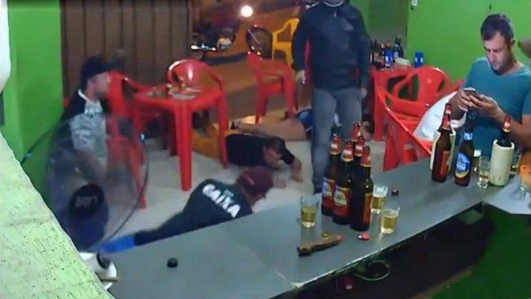 Robaron un bar y él ni se enteró por mirar su celular