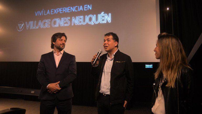 <p>Diego Bachiller, gerente comercial de Village Cines, junto a responsables de Lumma,la empresa que desarrolla el contenido en 4D.</p>