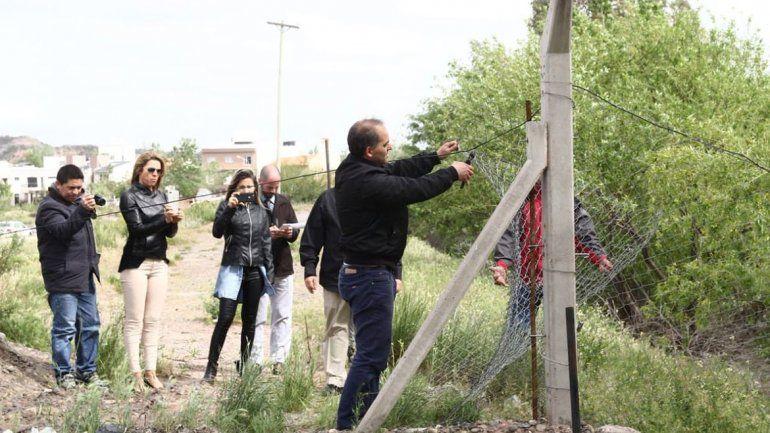 Rincón Club: el concejal Baggio sacó el alambrado que impide el paso al Río Neuquén