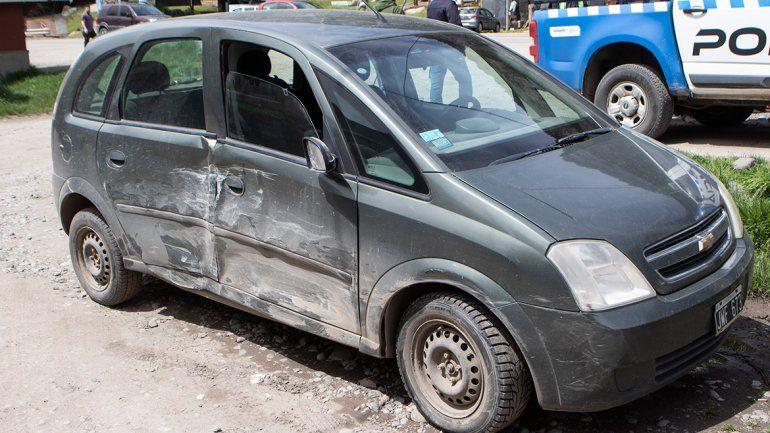 La Chevrolet Meriva sufrió importantes daños en el costado derecho.