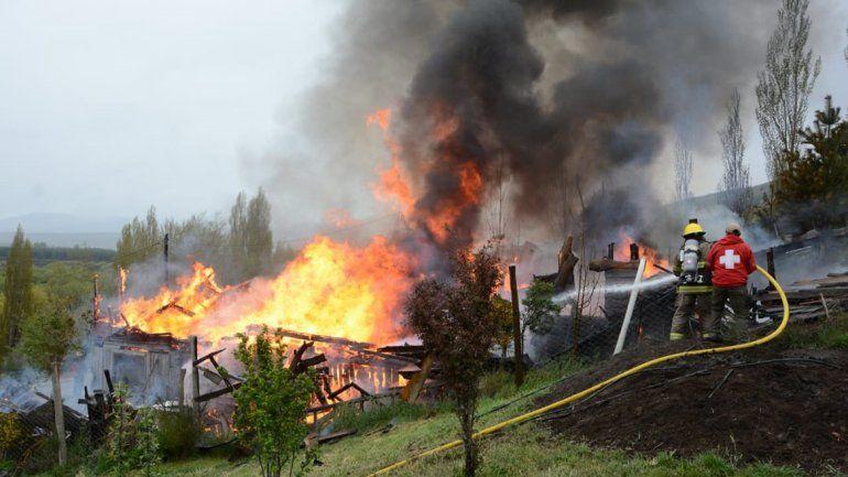Impresionante incendio en Junín de los Andes destruyó un comercio