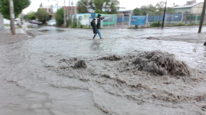 Intensa tormenta sorprendió a los neuquinos e inundó las calles
