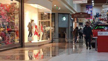 por la lluvia hubo problemas en un centro comercial y en escuelas