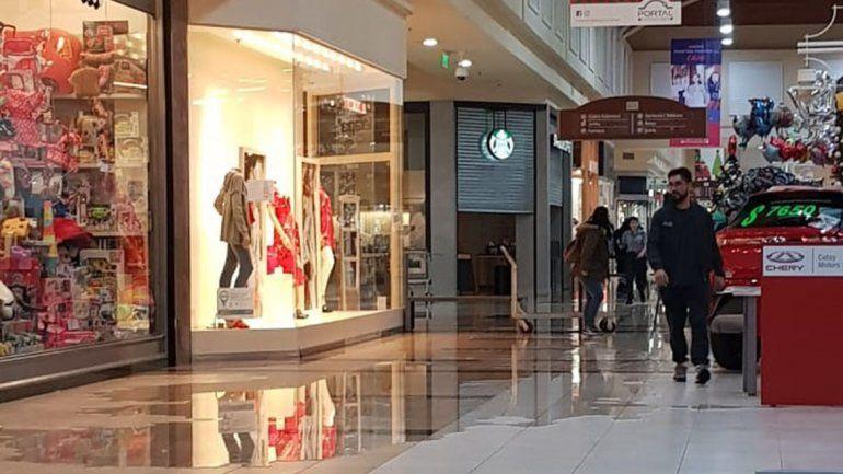 Por la lluvia hubo problemas en un centro comercial y algunas escuelas