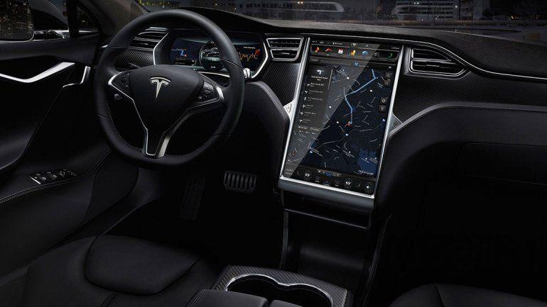 Elon Musk anuncia que los Tesla estacionarán solos
