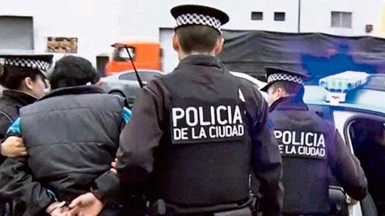 Policía intentó robar un auto a mano armada y fue detenido
