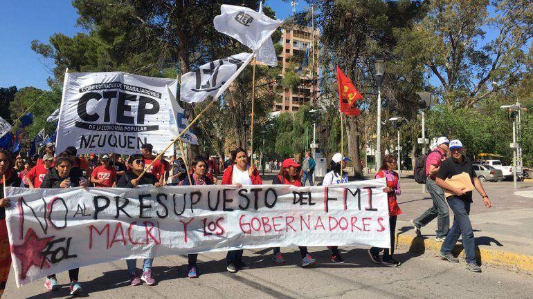 Una manifestación de organizaciones sociales complica el tránsito en el centro y los puentes