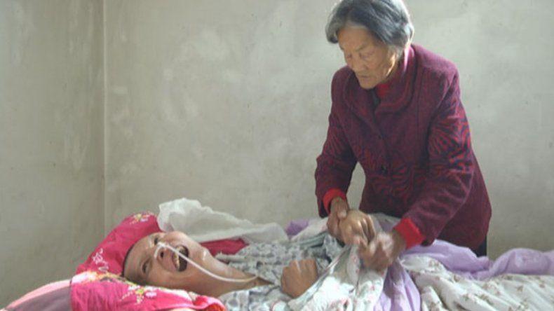 Conocé al joven que despertó de un coma tras 12 años frente a su madre que lo cuidaba