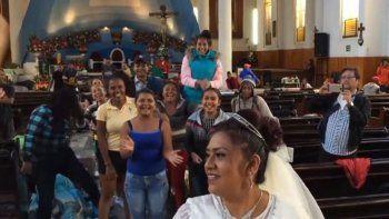 se casaron e invitaron a la caravana migrante