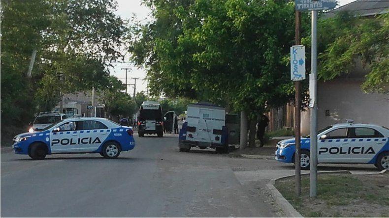 Madrugada violenta en Confluencia: dos bandas se agarraron a tiros y atacaron a la Policía