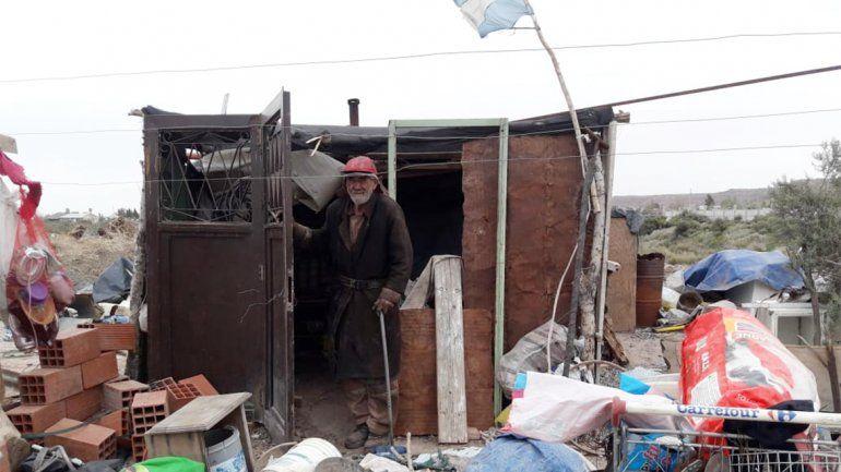 Piden que asistan a un hombre de 75 años que vive sin agua en un terreno prestado