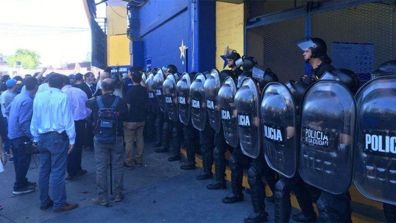 Tensión en La Bombonera: hinchas sin entradas, cara a cara con Infantería