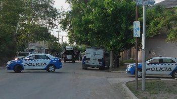 barrio confluencia: dos bandas se tirotearon y atacaron a la policia