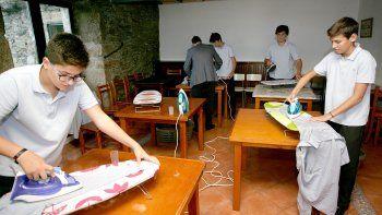 un colegio ensena a sus alumnos a planchar, coser y cocinar